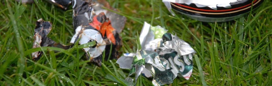 Dåser slået i stykker af græsslåmaskinen = 1000 skarpe barberblade